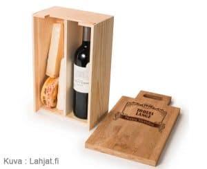 Kaiverrettu lahjapakkaus viinille ja juustolle