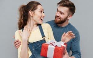 Mies antaa lahjan vaimolleen