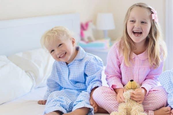 Pyjamat ja yövaatteet lapsille lahjapakettiin